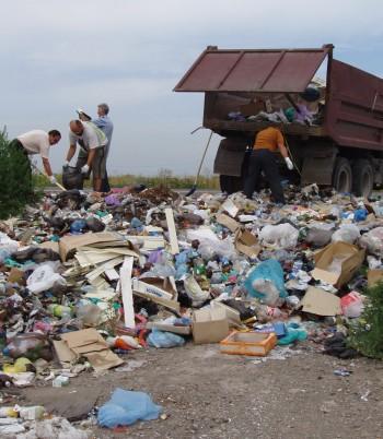 жители убирают мусор