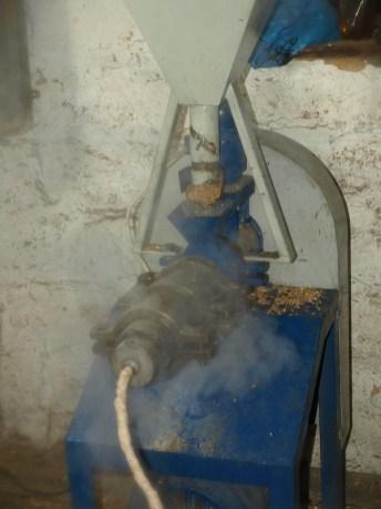 Зерновой экструдер в работе