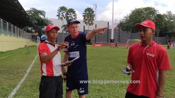 Lee Hawkins Sedang Memberikan Pengarahan Coke Kicks 2016 Pontianak