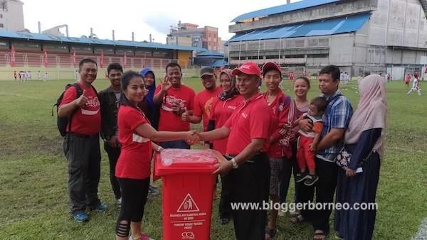 Penyerahan Simbolis Donasi Tempat Sampah Coke Kicks 2016 Pontianak