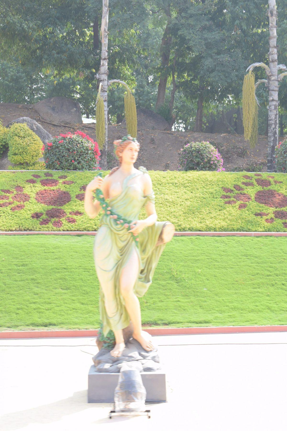 Beautiful-womens-Statues-in-Ramoji-Film-city