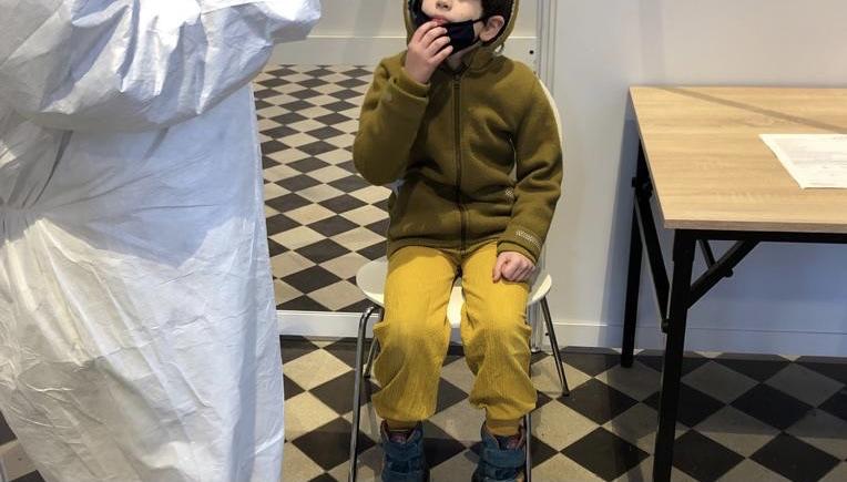 Kind beim Coronatest: Mitbestimmungsrecht der Kinder – auch in der Pandemie