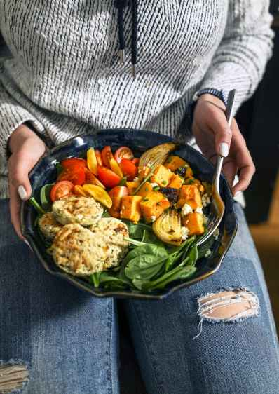 Every year there are more and more food delivery companies promising the most healthy and delicious pre-prepared meals at the best prices. But how do you know which is best for you? To help you get started on your food service journey we'll be taking a look at the 10 best meal delivery companies that are sure you keep trimmed and happy.Let's be honest, we've all had those days driving back home late, hungry, with no dinner organised, before seeing a fast-food drive thru... it doesn't help keeping off those extra pounds any easier. Nevertheless, it now just takes a quick sign up and you can have all the ingredients for a fresh, quick make homemade meal delivered straight to your doorstep. It's never been a better to get into shape and maintain that figure all-year round.