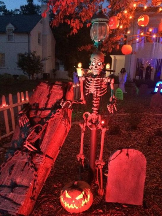 20 Outdoor Halloween Decorations That Will Transform Your House