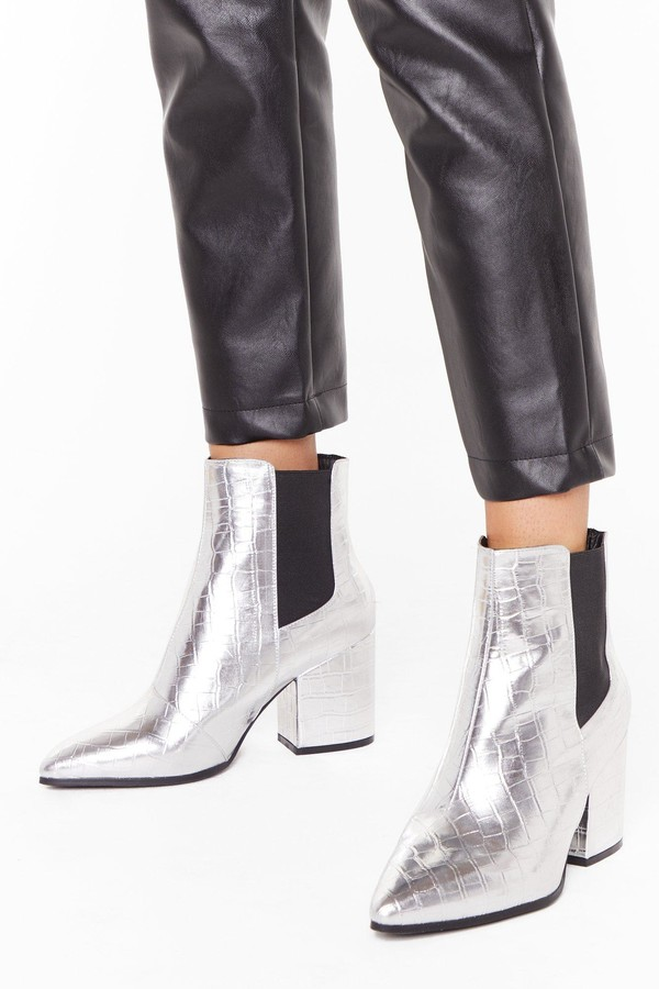 12 Women's Winter Boots That You Can Wear With Any Outfit