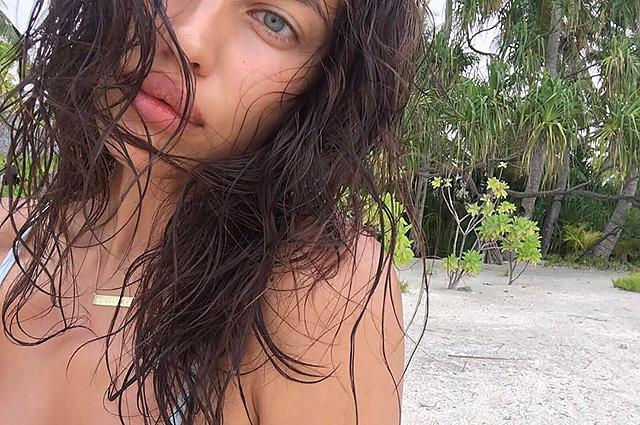 Ирина Шейк отдыхает в окружении пальм и делится фотографиями без макияжа