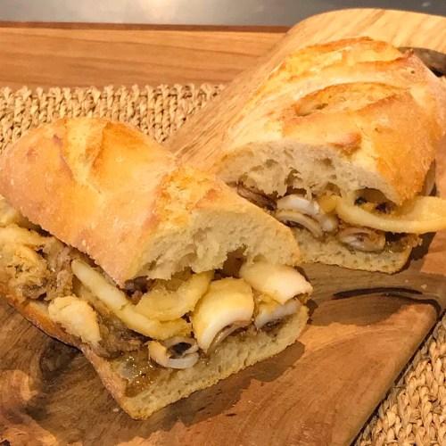 Bocadillo de calamares fritos en pan rústico