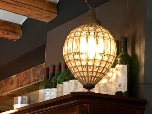 """Rincón con memorables botellas de Vega Sicilia Unico que no han pasado al reciclador. En """"El Bar"""" Barcelona"""
