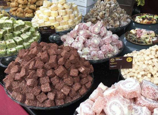 Parada de dulces en el mercado medieval