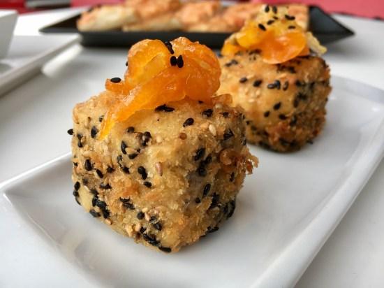 Dados de queso brie y confitura de kumquat
