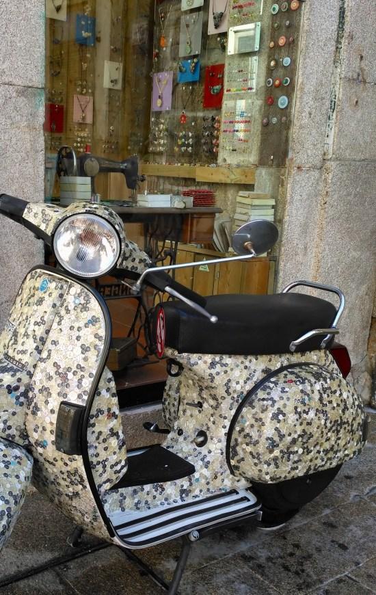 Escaparate de Aramarte. Artesanía con botones, en una de las calles principales