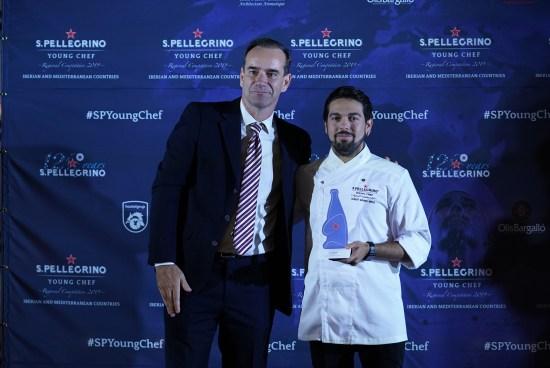 Philippe de Maillardoz, Director General de Nestlé Waters España, entrega del premio a Albert Manso