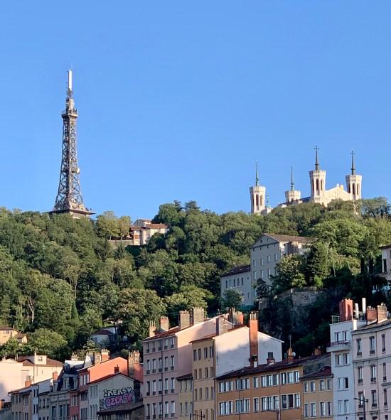 Notre Dame de Fourvière y la Torre de Telecomunicaciones imitando la Torre Eiffel