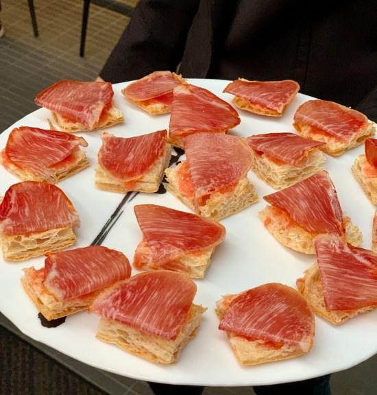 Lomo de bellota Alta Gastronomía FISAN con pan de cristal y tomate