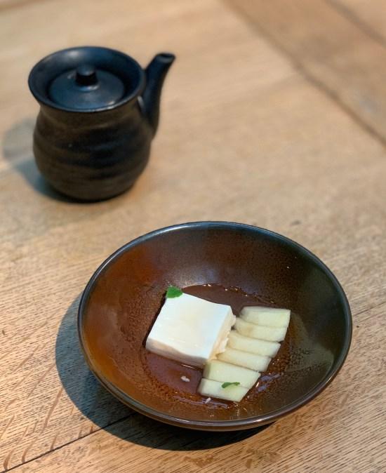 Tofu de almendras con pera y agridulce