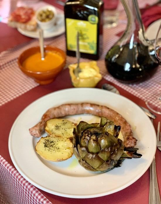 Butifarra con patata y alcachofa a la brasa