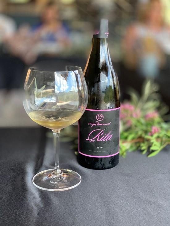 botella de vino Rita de Vinyes Domènech, copa de vino blanco