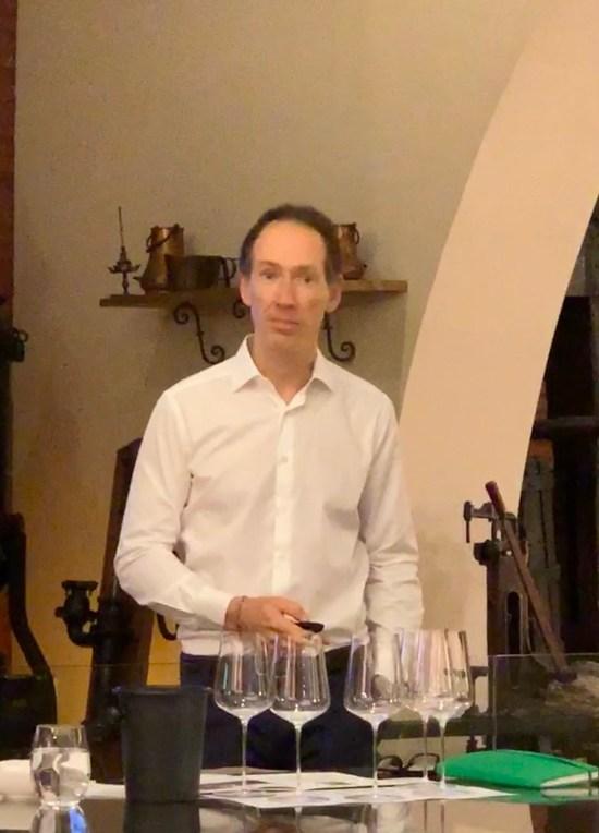 Miquel Torres Maczassek hablando en la presenteación