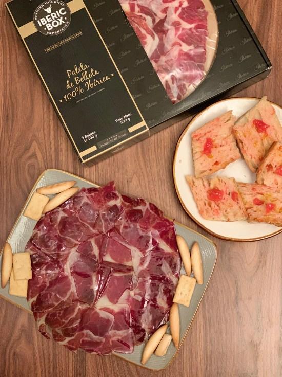 plato de jamón de bellota 100% ibérico, maletín de iberic box, pan con tomate,