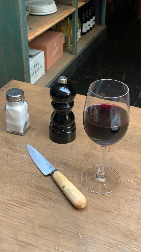 cuchillo de boj de Pallarés Solsona, copa de vino, salero, pimentero