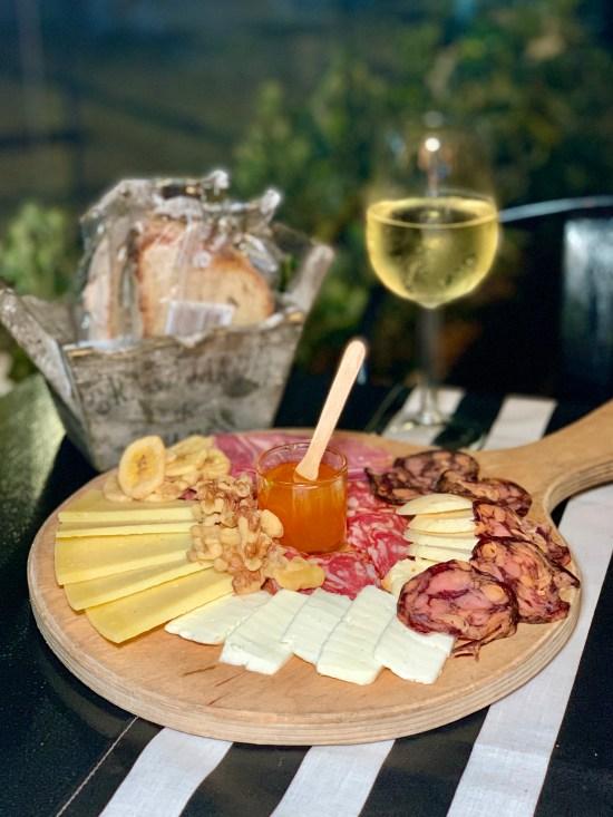 Tabla de quesos y embutidos en Sem Horas de Setúbal