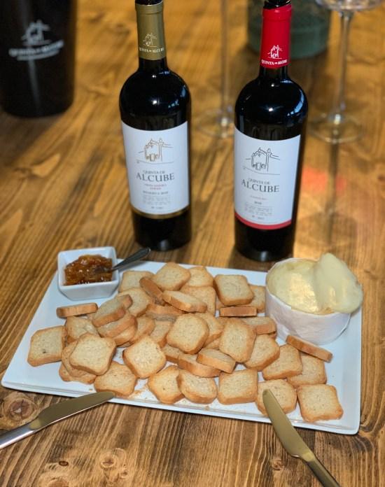 vinos de quinta de alcube, queso, tostadas y mermeladas