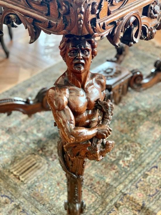 detalle de la pata de madera de una mesa de Les Grands Buffets
