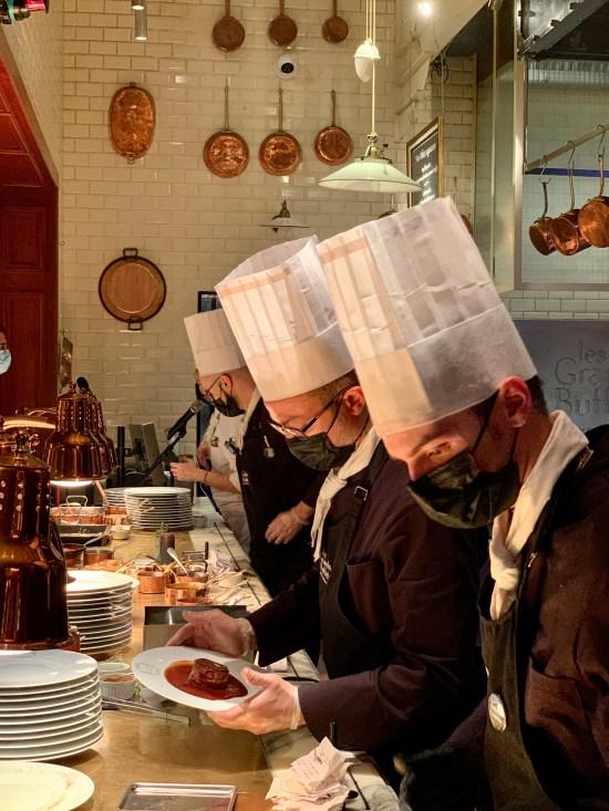 personal preparando platos para comer