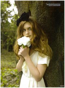 Bonnie Wright con su flor blanca