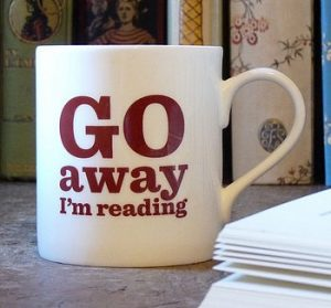 leyendo taza cafe