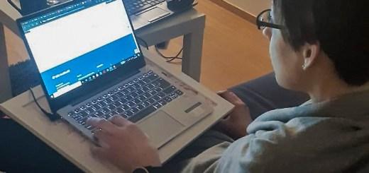 Nainen opiskelee tietokoneen ääressä