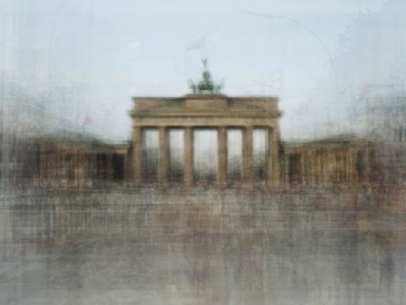 Combinando as fotos de pontos turísticos tiradas por vários turistas