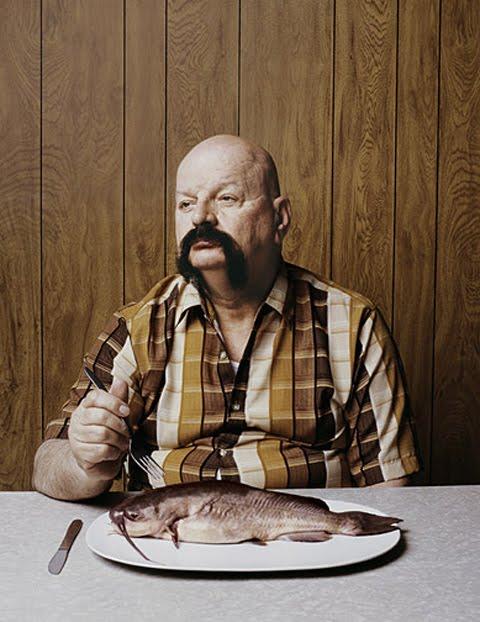 Pessoas e peixes que parecem gêmeos