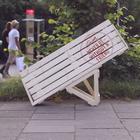 Um banco de praça em que é impossível sentar sozinho