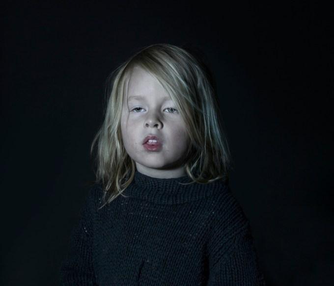 Fotógrafa cria série de fotos com crianças hipnotizadas pela TV