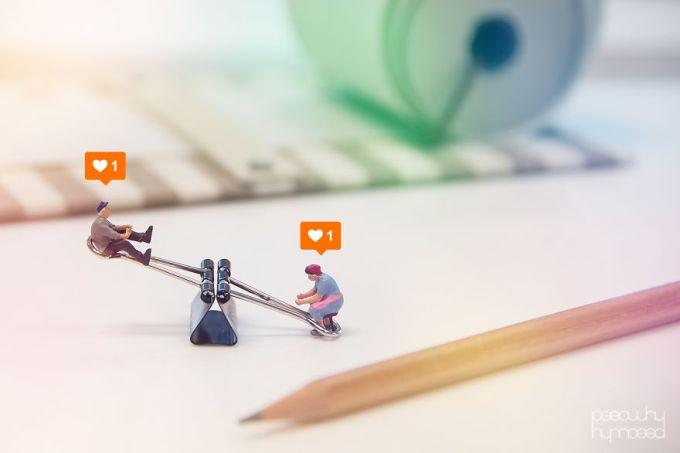 Pessoas em miniatura lidando com objetos do dia-a-dia