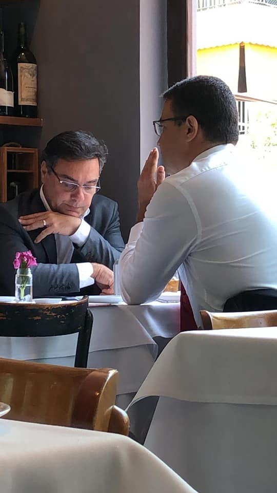 Jornalista Otávio Guedes da Globo News recebendo as informações sigilosas do Chefe do MP na sexta-feira passada no Restaurante Lorenzo Bistrô, ao lado o PGJ do MPRJ de paletó e o jornalista ao seu lado anotando, em frente dele um promotor do GAECO.