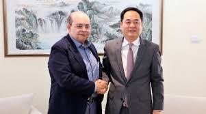 Ibaneis Rocha com o embaixador da China, Yan Wanming: O governador do DF encabeçou as solicitações de Estados e municípios por cooperação com os médicos chineses