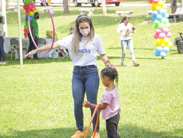 Brincando e se divertindo muito. Filhos e filhas de catadores de recicláveis, a garotada passou a manhã no local, com direito a presente, brincadeiras, comida e muita festa.