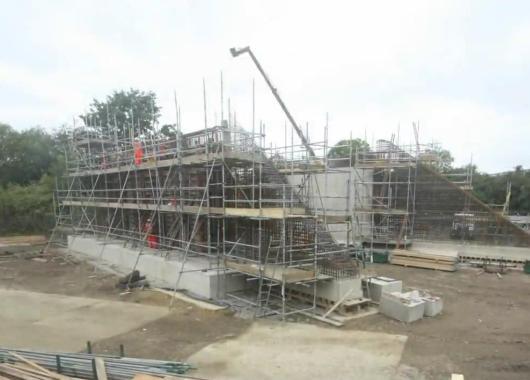 Obreros construyendo la base del puente