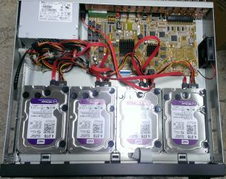 Foto del DVR con 4 discos duros conectados.