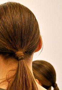 Włosy związane na karku