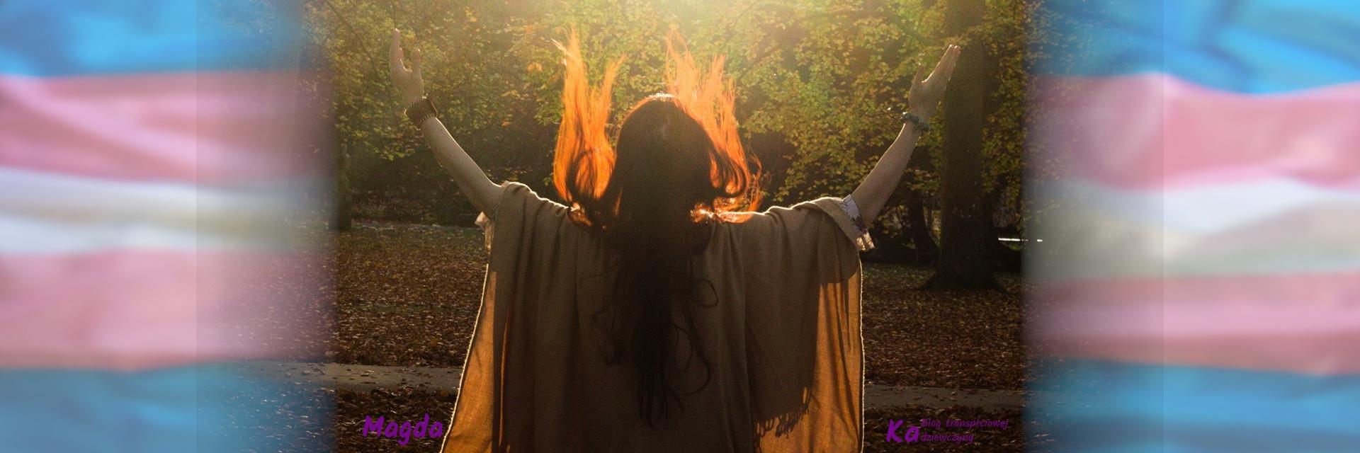 Magda. Kobieta stojąca tyłem do obiektywu w lesie oświetlona zachodzącym słońcem