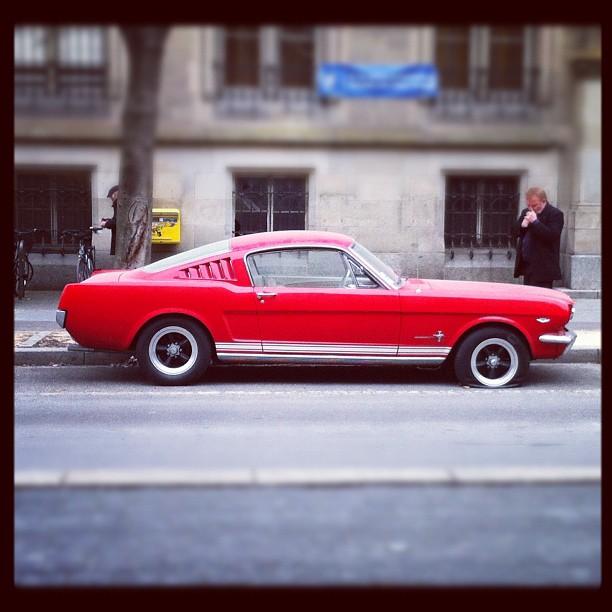Ford Mustang au pneu crevé dans les rues Strasbourg