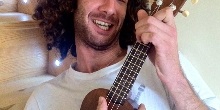 ukulele Maxinetto le chanteur normand et chevelu au ukulélé
