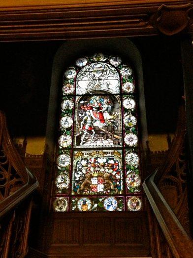 beau vitrail à l'entrée du château