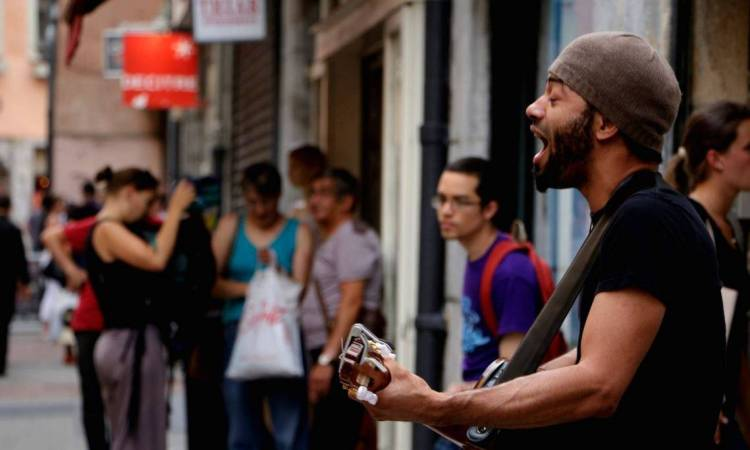 Christopher Giroud chanteur musicien de rue Strasbourg