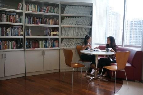 Chat and reading books (Karir.com/Aulia Rahmi)