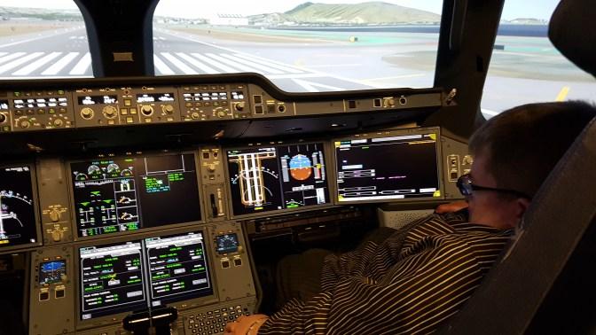 A350-koneen mittaristo ja hallintalaittteet ovat hyvin samanlaiset kuin Airbusin A380-jättijumbossa. Kuvassa minä toisen lentäjän paikalla.