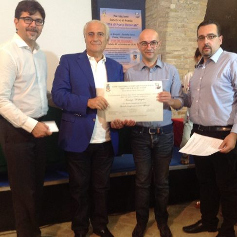 Marco Pigliacampo (Segretario del Premio), Roberto Mozzicafreddo (Sindaco di Porto Recanati), Vincenzo Monfregola (1° Premio assoluto) e Lorenzo Spurio (Presidente di Giuria)